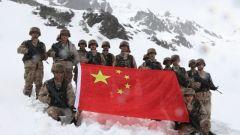 海拔4600米 边防官兵踏雪巡逻