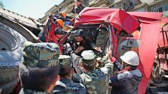 营门附近突发严重车祸  武警官兵紧急救援