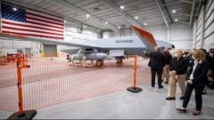 美军上将参观航母舰载无人加油机生产线 称其对美国海军至关重要
