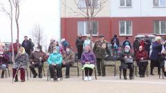 俄罗斯卫国战争老兵家门口观看阅兵式