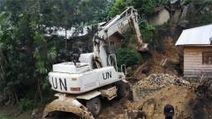 刚果(金):巨石滚落损毁民房 中国维和工兵分队排险救援