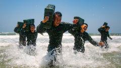 武警广西总队某支队组织官兵至某海训场进行多课目训练