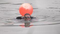 特战队员负重15公斤 游过200米宽、5摄氏度的河水