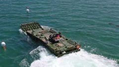 火力全开!直击两栖战车海上实弹射击