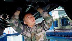 """【我身邊的戰友】汽修兵兼職理發師:戰略支援部隊的這位上士是個""""斜杠青年"""""""