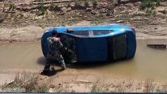 车辆失控侧翻驾驶员被困车内 驻训官兵紧急救援