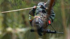 """倒爬绳索相当于""""悬空爬坡""""?特战队员身体失去平衡 咬牙爬到对岸"""