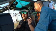 """飞行员还能用眼神杀敌?记者进入直升机座舱体验先进装备""""军械头盔"""""""