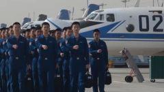 既兴奋又紧张 海军航空大学某团飞行学员首次编组单飞