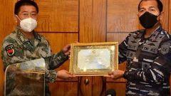 论兵·中国军队参与救援打捞印尼失事潜艇 践行构建人类命运共同体理念