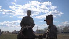 前两位战友接连失利,新兵能否克服恐惧通过军马骑乘考核?