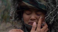 隔著屏幕仿佛都能聞到味兒!為了完成任務,女兵們將挑戰用牛糞來偽裝面部