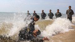 浪花四濺!來看炎炎夏日里的瀕海極限體能訓練
