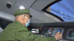軍隊離退休老干部走進展館回望崢嶸歲月