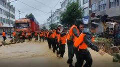 江西上饒:連續強降雨導致群眾被困 武警官兵緊急馳援