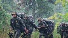 徒步穿插遭遇大雨天氣 軍校學員們這樣渡過體能疲憊期