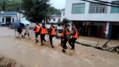 江西上饒:強降雨導致群眾被困 武警官兵緊急馳援