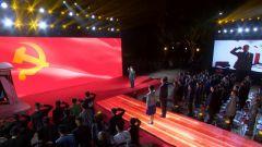 党员老兵在南湖边向党旗宣誓 重温入党誓词