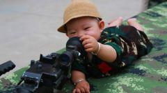 """萌娃来啦!武警第一机动总队某支队组织""""军娃进军营""""国防教育参观活动"""