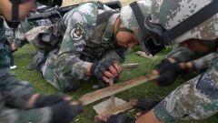 钻木取火、制作简易净水装置 兵哥哥教你野外生存技能