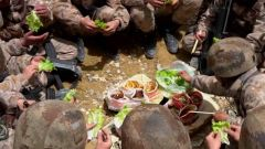 这在以前想都不敢想!巡逻路上,官兵们吃上了自己亲手种的绿色蔬菜