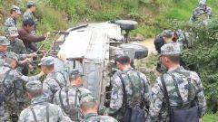 突发!藏族群众山涧路段遇险 驻训官兵紧急救援