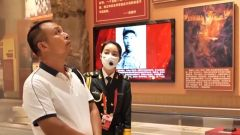 """一位父親參展帶著一位戰士照片合影  留言""""思遠,我想你"""""""